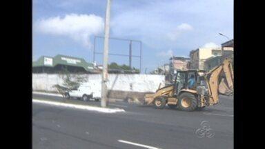 Telespectador flagra trator transitando no Distrito Industrial, em Manaus - A circulação destes veículos é proibida pela Legislação de Trânsito.