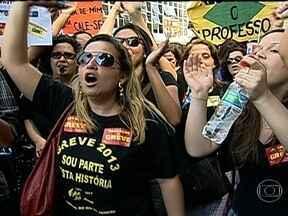 Professores da rede municipal permanecem em greve no Rio - Os professores do município decidiram continuar com a greve que começou no dia 8 de agosto. Nesta quarta-feira (21), os profissionais da rede estadual fazem assembleia para votar pela continuação ou não da paralisação.