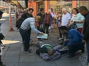 Homem morre na rua por falta de ambulância - A prefeitura disse que vai investigar onde estavam as ambulâncias do Samu, no momento do atendimento. Médico do serviço público de saúde foi afastado do cargo.