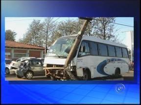 Acidente em Paraguaçu Paulista envolve micro-ônibus, carro e ciclista - Um micro-ônibus desgovernado provocou um acidente na manhã desta quarta-feira (21), na Avenida Siqueira Campos, no semáforo da entrada da cidade de Paraguaçu Paulista (SP).