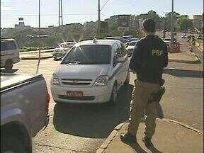 Bandidos trocam as placas dos veículos roubados para levá-los ao Paraguai - Só a Polícia Rodoviária Federal recuperou quinze veículos nos últimos meses. Eles foram roubados no Brasil e já estavam com placas do país vizinho.