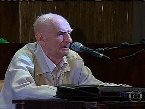 Ariano Suassuna sofre infarto e está hospitalizado no Recife - A assessoria do escritor Ariano Suassuna informou que o autor, de 86 anos, sofreu um infarto. Ele se sentiu um infarto e foi atendido em hospital no Recife. Ele se alimenta e conversa normalmente