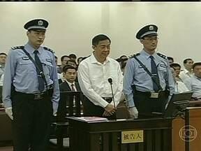 Começa julgamento de ex-dirigente de Partido Comunista da China - Bo Xilai é acusado de receber suborno de empresários no equivalente a R$ 8 milhões. Ele também é acusado de abuso de poder e corrupção. Ele era a promessa do partido até sua mulher, que cumpre prisão perpétua, ser suspeita da morte de empresário.