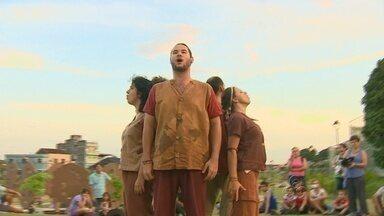 Grupo de teatro ao ar livre faz espetáculos no Amazonas e impressiona população - Eles seguem fazendo apresentações por todo o Brasil.