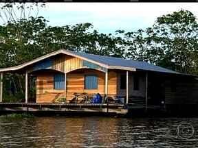 Moradores vivem em casas flutuantes no Amazonas - Comunidade Catalão, perto do Manaus, possui cerca de 106 casas flutuantes. Moradores da comunidade fazem uma cidade sobre o rio. com bares, restaurantes e até igreja.
