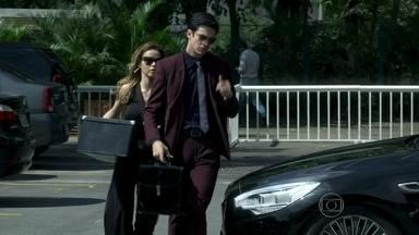 Glauce diz a Félix que ele terá que ser muito hábil para reconquistar cargo - A médica mostra apoio após ele ser suspenso da função de diretor e o ajuda a carregar sua mala até o carro