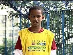 Projeto Criança Esperança ajuda menino do Rio de Janeiro - Kauê Alexandre da Silva, de 11 anos, curte jogar futebol e brincar na piscina do Espaço Criança Esperança. Ele também gosta muito da biblioteca, onde ele lê muito.