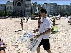 """Casal monta projeto para organizar mutirões de limpeza nas praias do Rio - O radialista Hildon Carrapito e sua esposa, a jornalista Anna Turano, criaram o projeto """"Limpeza na Praia"""". Mais de 600 pessoas já se capacitaram para ajudar a retira o lixo jogado indevidamente nas areias das praias cariocas."""