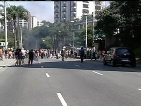 Moradores da favela Paraisópolis fecham via em protesto - Os moradores da favela protestam na Avenida Giovanni Gronchi na Zona Sul. Eles pedem moradia para famílias que tiveram que desocupar um terreno da prefeitura. Os manifestantes colocaram fogo em objetos para impedir a passagem de carros.
