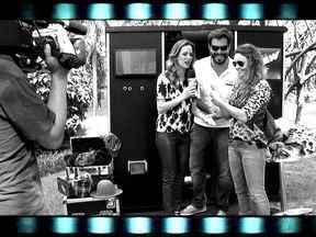 Ana Furtado convida elenco para tirar fotos instantâneas no Projac - Atores como Ailton Graça e Rita Guedes entram na brincadeira