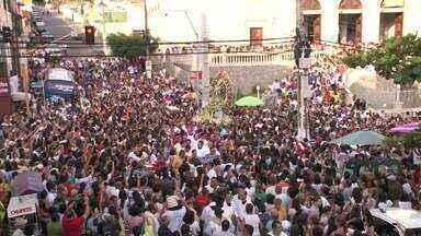 Centenas de pessoas participam de procissão em homenagem à padroeira de Maceió - Celebração, relizada em comemoração ao dia de Nossa Senhora dos Prazeres, ocorreu no Centro da Capital