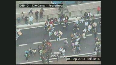 Profissionais da saúde de Campinas fazem protesto e fecham avenida no Centro - Profissionais da área de saúde de Campinas (SP) bloquearam na manhã desta quarta-feira (4) a pista externa da Avenida Anchieta, no trecho entre a Avenida Benjamin Constant e Rua Barreto Leme, em frente à Prefeitura.