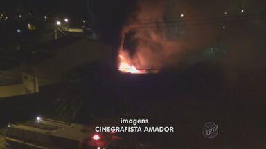 Incêndio destrói loja de materiais de construção e casa em bairro nobre de Campinas - Um incêndio destruiu uma loja de materiais de construção que vende produtos elétricos e hidráulicos no Cambuí, bairro nobre de Campinas (SP).