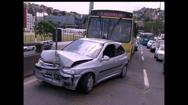 Duas pessoas ficam feridas em acidente na 2ª Ponte, no ES - Colisão aconteceu na subida da via, no sentido Vitória a Cariacica.Segundo testemunhas, um carro de passeio fechou um ônibus.