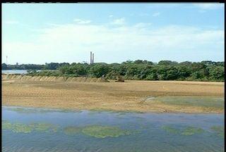 Seca do Rio Paraíba do Sul, prejudica produtores em Campos, RJ - Trabalho é realizado para retirar areia do rio.Produtores já sentem os prejuízos da seca.