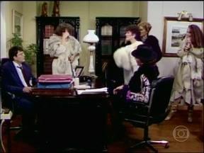 Guerra dos Sexos. Relembre cena de 1983 com Tarcísio Meira e 'suas mulheres' - Personagem do ator se irrita com suas ex-mulheres e quase vai à loucura