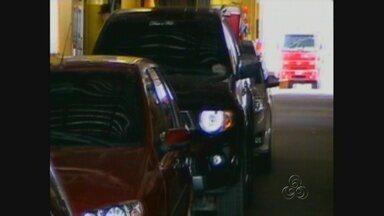 Começa movimentação de carros nas saída de Manaus no feriado - Número de veículos é alto, principalmente, nas balsas ancoradas no porto da Ceasa