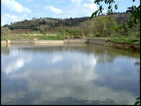 Moradores de Pará de Minas enfrentam racionamento de água - Mesmo com a chuva o nível dos rios pela região está baixo.