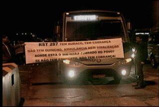 Motoristas e estudantes fecham estrada para protestar contra buracos. - Cerca de 40 veículos fecharam a praça de pedágio localizada em Venâncio Aires. Os manifestantes reclamam da falta de manutenção da RS 287.