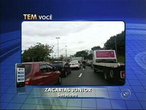 Caminhão fica entalado debaixo de viaduto e complica trânsito em Sorocaba - Veículo não conseguiu passar e deixou tráfego na região da avenida Dom Aguirre bem complicado. Flagrantes foram enviados por meio do aplicativo TEM Você.