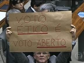 Senado quer voto aberto apenas para cassação de mandatos - A quarta-feira (4), foi de articulações em torno da proposta que acaba com o voto secreto. Presidente do Senado, Renan Calheiros, passou o dia articulando uma solução para aprovar o voto aberto apenas para cassação de mandatos.