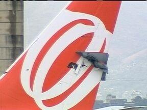 Aviões batem no pátio do aeroporto internacional Tom Jobim - A colisão foi na área remota do aeroporto internacional Tom Jobim. Os aviões da Emirates Air Lines e da Gol se chocaram enquanto taxiavam pelo pátio. Ninguém ficou ferido no acidente.