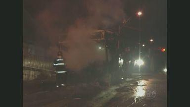 Ônibus param de circular após dois veículos serem incendiados em Piracicaba, SP - Os ônibus pararam de circular na região central de Piracicaba (SP) depois que dois veículos foram incendiados. A empresa tirou os veículos após um protesto contra a morte de um homem baleado pela polícia.