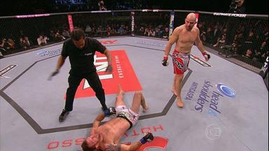 Glover Teixeira nocautea Ryan Bader no primeiro round do UFC, em BH - Outros dois mineiros também venceram as lutas no UFC.