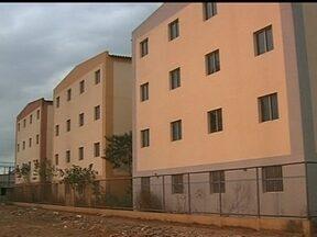 Conjunto habitacional construído em Samambaia está abandonado há cinco anos - Os 144 apartamentos foram construídos pelo Programa de Arrendamento Residencial da Caixa está abandonado desde 2008. Quem já pagou a taxa de entrada pelo imóvel reclama da demora da entrega.