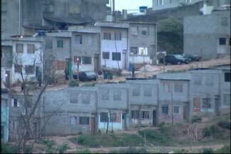 Famílias aguardam reintegração de posse em Ferraz de Vasconcelos - Famílias aguardam reintegração de posse em Ferraz de Vasconcelos. Um condomínio de casas foi invadido.