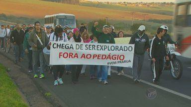 Moradores de Cosmópolis, SP protestam contra pedágio em rodovia - Ao menos 100 moradores de Cosmópolis (SP) fizeram um protesto na manhã desta quinta-feira (5), na praça de pedágio da Rodovia Zeferino Vaz (SP-332). Eles reivindicam isenção de tarifa para veículos da cidade.