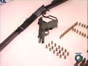 Em operação contra o tráfico de drogas em Paranavaí, polícia apreende armas e munição - A operação envolveu mais de cem policiais civis e militares. Cinco pessoas foram detidas. Três usuários de drogas já foram liberados.