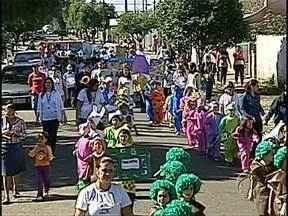 Escola da Zona Oeste antecipa desfile da independência - Alunos da Escola Municipal Dr. José Hosken de Novaes fizeram um desfile alertando para a preservação do meio ambiente.