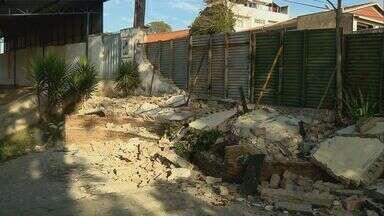 Diretora de escola que teve muro derrubado por caminhão pede segurança na rua - Diretora de escola que teve muro derrubado por caminhão pede segurança na rua