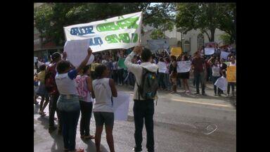 Alunos de escola de Cariacica, ES, vão às ruas pedir mais respeito no trânsito - A escola fica próximo a um cruzamento, onde falta respeito à sinalização.