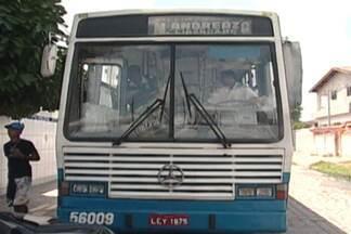 Veja as dificuldades dos moradores de Bayeux para utilizar o transporte público, - Moradores do conjunto Mariz andam por ruas esburacadas até encontrarem um ponto de ônibus.