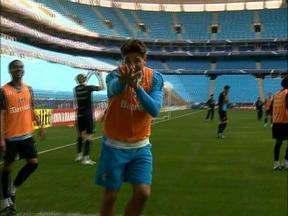 Renato aplica drible no zagueiro Gabriel em treino do Grêmio - Técnico do Grêmio foi o destaque no rachão na Arena.