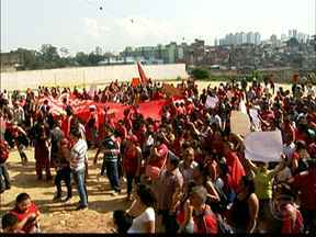 Cerca de 200 manifestantes ocupam terreno em Paraisópolis - Segundo a PM, 200 manifestantes fizeram um protesto por moradia na Zona Sul da capital. Eles querem que a área seja desapropriada para a construção de casas.