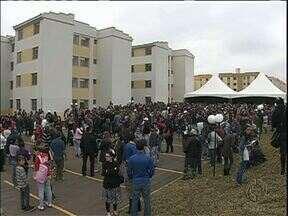 1,4 mil famílias de Curitiba recebem chaves da casa própria - A construção foi feita pela COHAB.