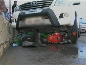 Perseguição a três assaltantes termina em atropelamento em Feira de Santana - O assaltante que dirigia o carro roubado atropelou um motociclista na tarde desta sexta-feira.
