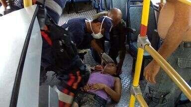 Mulher fica ferida em acidente com uma van do transporte público, em Fortaleza - Segundo testemunhas, o motorista da van teria tentdo desviar de um carro e acabou batendo em um poste.