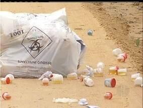 Lixo hospitalar é encontrado em rua de São Pedro da Aldeia, RJ - Empresa que transportava lixo despejou material na rua.Lixo hospitalar foi encontrado na Rua do Fogo.