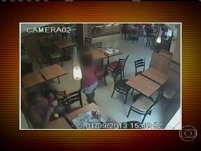 Três adultos são indiciados por induzir criança a furtar um celular em Salvador - Câmeras de segurança de uma lanchonete registraram a ação. Um soldado do exército observa outra mesa onde um celular foi esquecido e parece dar instruções para a irmã da mulher, de oito anos, que se levanta e coloca o telefone no bolso.