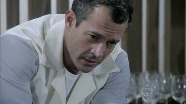 Bruno consegue tirar Paloma da clínica - Lutero não deixa a diretora sair de sua sala. Bruno aciona o alarme de incêndio. Ele aproveita a confusão na clínica e leva Paloma para a casa de Lutero