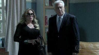 César fica furioso com o resgate de Paloma - Diretora da clínica avisa que a pediatra foi retirada e se recusa a recebê-la de volta