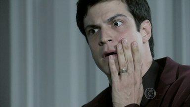 Félix é demitido do hospital - O vilão se faz de vítima para César, mas não consegue evitar demissão e ainda leva um tapa do pai
