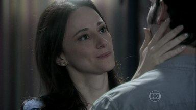 Rebeca afirma que não se arrependeu de ter ficado com Pérsio - A médica confessa que sua cabeça está confusa e se preocupa com a reação da família ao descobrir que ela ficou com o médico