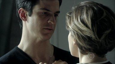 Félix exige que Edith dispense o amante misterioso - Estilista promete romper seu relacionamento secreto, mas exige que Félix deixe de se encontrar com Anjinho. Ela aconselha o marido a tomar cuidado com César. O vilão afirma que vai expulsar o pai de casa