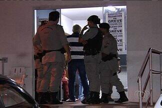 Após ter carro arrombado, homem reclama para polícia e acaba preso, em Goiânia - A confusão aconteceu no estacionamento de um supermercado da capital. Clientes registraram os momentos; confira
