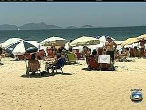 Voluntários fazem mutirão na praia de Copacabana - Cerca de 6 mil voluntários com 46 mil sacolas de lixo, fazem um mutirão para recolher mais de duas mil toneladas de lixo em toda cidade do Rio de Janeiro.